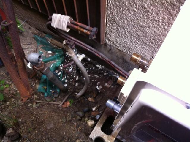 給湯器の部材をつなぎます。名古屋市守山区のS様 給湯器ありがとうございます。