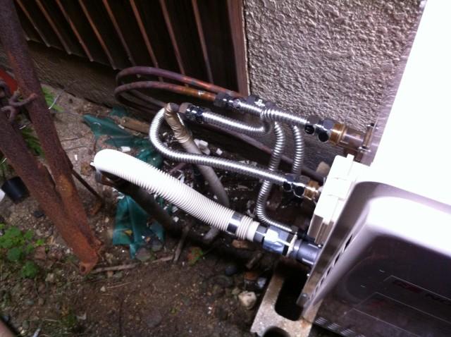 給湯器の配管接続工事。名古屋市守山区のS様 給湯器ありがとうございます。