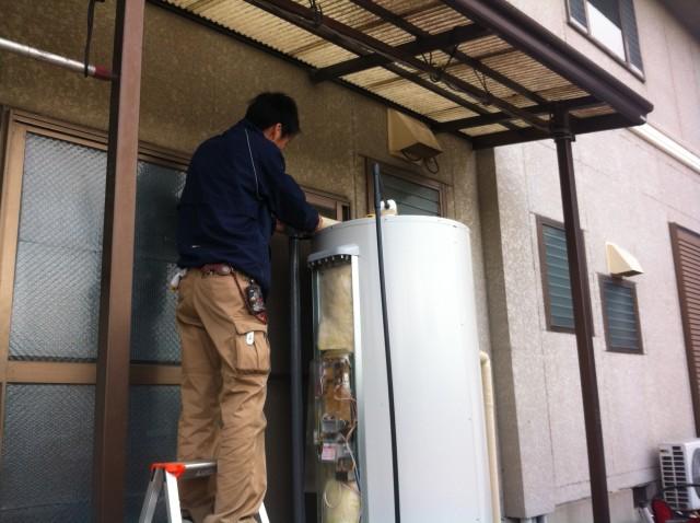 刈谷市のI様 電気温水器施工後に保温材巻く