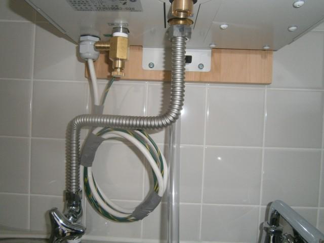 電気温水器の配管をつなぐ