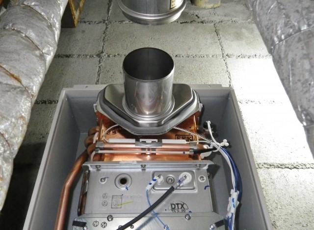 前方の延長排気ダクトの位置に合わせてノーリツの給湯器を設置 名古屋市中村区給湯器施工