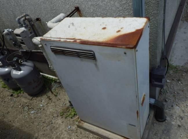 石油給湯器からガス給湯器工事 施工前