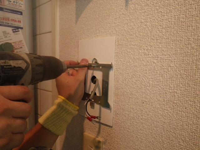 ガス給湯器取替工事 リモコン取付中