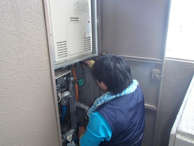 ガス給湯器取替工事 撤去中