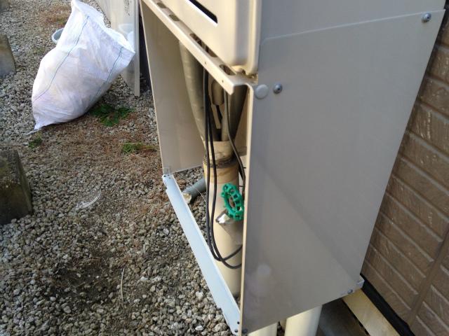 配管カバー取付施工中