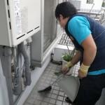 ガス給湯器取替工事 清掃中